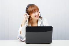 Meisje in hoofdtelefoons met een microfoon Stock Afbeeldingen