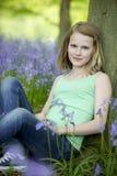 Meisje in hout Stock Afbeelding