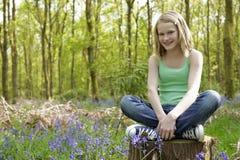 Meisje in hout Stock Foto
