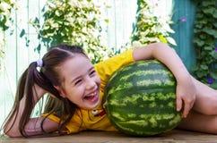 Meisje huging watermeloen en het lachen Stock Afbeeldingen