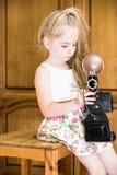Meisje in huis met camera royalty-vrije stock fotografie