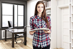 Meisje in huisbibliotheek met een bureau Stock Afbeelding