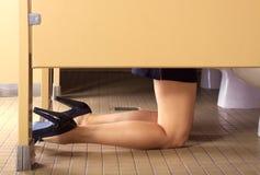 Meisje hungover in de badkamers Royalty-vrije Stock Foto's