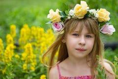 Meisje 6 jaar oud in een kroon de weide Stock Foto's
