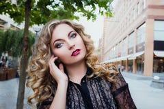 Meisje 25 jaar oude status in de stad Royalty-vrije Stock Afbeeldingen
