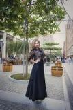 Meisje 25 jaar oude status in de stad Royalty-vrije Stock Fotografie
