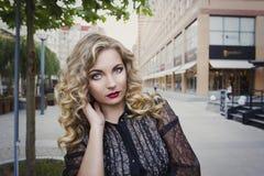 Meisje 25 jaar oude status in de stad Stock Afbeelding