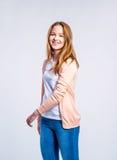 Meisje in jeans en cardigan, vrouw, studioschot stock afbeeldingen
