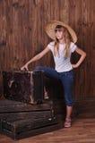 Meisje in jeans met boomstam Stock Foto