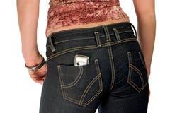 Meisje in jeans met mobiel stock afbeelding