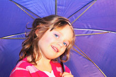 Meisje, jong geitje, glimlach, paraplu. Royalty-vrije Stock Afbeeldingen