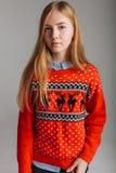 Meisje in Kerstmis of nieuwe jaarsweater in de Studio die een Kop van op smaak gebrachte koffie houden plaats voor de stemming va royalty-vrije stock afbeeldingen