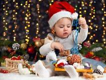 Meisje in Kerstmisdecoratie met gift, donkere achtergrond met verlichting en boke lichten, het concept van de de wintervakantie Royalty-vrije Stock Afbeelding