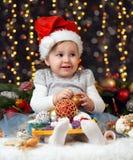 Meisje in Kerstmisdecoratie met gift, donkere achtergrond met verlichting en boke lichten, het concept van de de wintervakantie Royalty-vrije Stock Foto