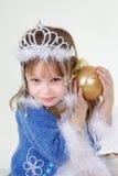 Meisje in Kerstmiskleren met stuk speelgoed stock foto's