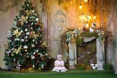 Meisje in Kerstmisruimte Stock Afbeelding
