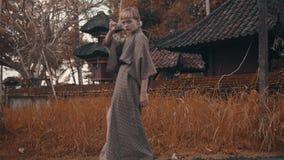 Meisje in kimono met rode handventilator stock video