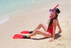 Meisje klaar om op eiland te zwemmen stock afbeelding
