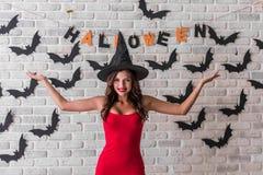 Meisje klaar voor Halloween-partij Royalty-vrije Stock Afbeelding