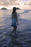 Meisje in kleding in de oceaan stock foto's