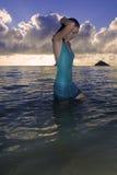 Meisje in kleding in de oceaan royalty-vrije stock afbeeldingen