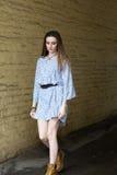 Meisje in kleding en laarzengangen op de stad Royalty-vrije Stock Foto's