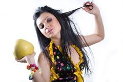Meisje in kleding met fruit Stock Afbeeldingen