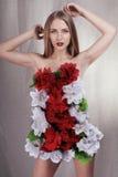Meisje in kleding van bloemen stock fotografie