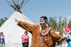 Meisje in kledingsinboorling die van Kamchatka op de achtergrond van yaranga dansen Stock Foto's