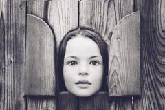 Meisje in kleine hous Stock Afbeelding