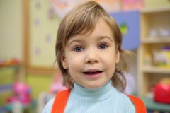 Meisje in kleuterschool Stock Afbeeldingen