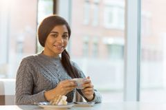 Meisje in koffie royalty-vrije stock afbeeldingen