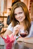 Meisje in koffie Stock Fotografie