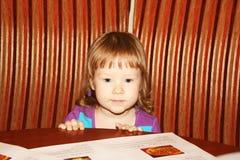 Meisje in koffie Stock Foto's