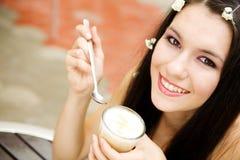 Meisje in koffie Stock Afbeeldingen