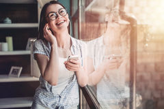 Meisje in koffie royalty-vrije stock foto's
