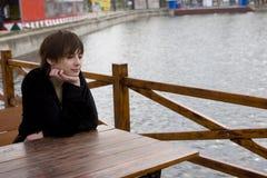 Meisje in koffie openlucht Stock Fotografie