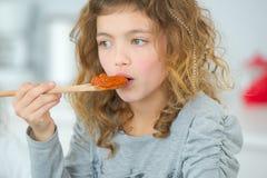 Meisje kokende spaghetti royalty-vrije stock foto's