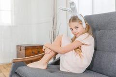 Meisje in konijntjesoren Stock Fotografie