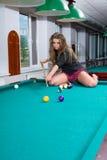 Meisje in korte rok het spelen snooker royalty-vrije stock foto
