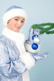 Meisje in kostuum met nieuw jaarspeelgoed Stock Foto