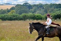 Meisje in kostuum op paard Royalty-vrije Stock Afbeeldingen