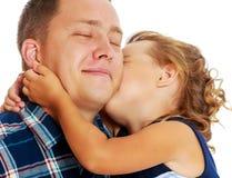 Meisje kussende papa stock fotografie