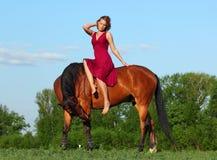 Meisje leggen bareback ontspannen op haar paard Stock Foto