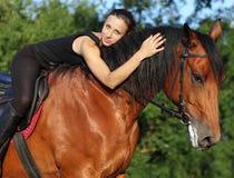 Meisje leggen bareback ontspannen op haar paard Royalty-vrije Stock Foto