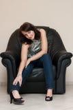Meisje in leunstoel royalty-vrije stock afbeeldingen