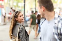 Meisje in liefde die haar verbrijzeling op de straat ontmoeten stock foto