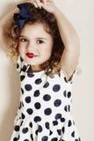Meisje in lippenstift en stippen Stock Foto's