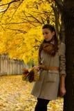 Meisje longs in de herfst Stock Foto's
