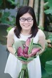 Meisje in lotusbloemmeer Stock Fotografie